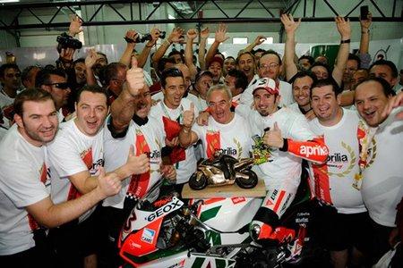 Max Biaggi celebrando el título con su equipo