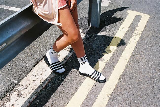 Caramelo Limpiar el piso Difuminar  Adidas no va a dejar que la tendencia de chanclas y calcetines pase tan  fácilmente