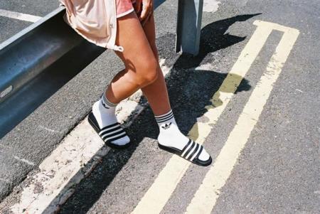 Adidas no va a dejar que la tendencia de chanclas y calcetines pase tan fácilmente
