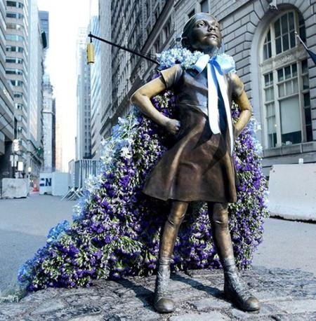 Las estatuas de mujeres de Nueva York amanecen cubiertas de flores por el Día de la Mujer gracias a una iniciativa de Old Navy