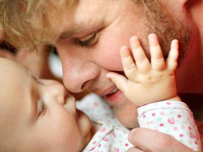 Los bebés de padres que se involucran en la crianza aprenden más rápido, afirma un estudio