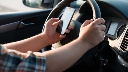 ¿Cuáles son las multas económicas por conducir y utilizar el teléfono en Guadalajara, Monterrey y Ciudad de México?