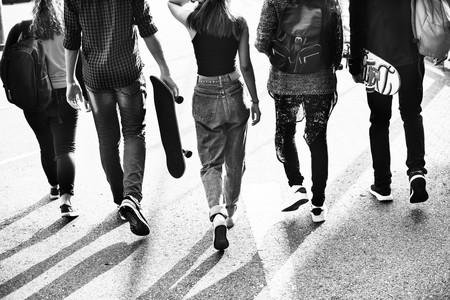 grupo de adolescentes con monopatines