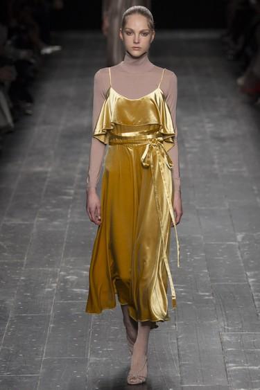 Clonados y pillados: ¿Valentino o Uterqüe? El vestido de terciopelo de la temporada ya tiene clon