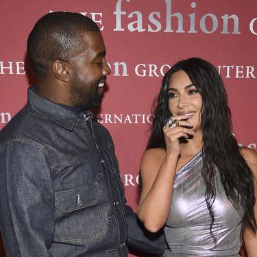 Kim Kardashian se enfunda en un vestido de color plateado con asimetrías, sólo apto para arriesgadas