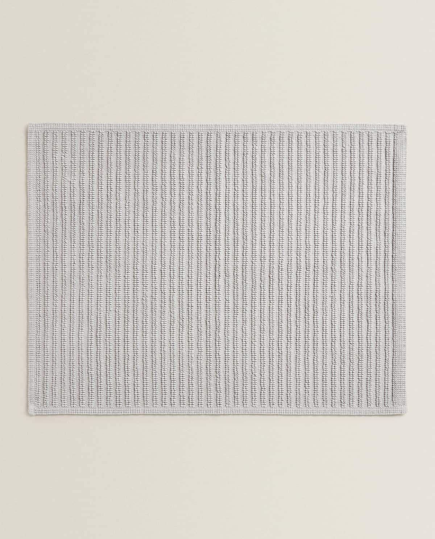 15,99 €  REF. 2124/015  GRIS CLARO BLANCO PIEDRA VIGORÉ Alfombra de baño de algodón con rayas y detalle de hilo metalizado. Gramaje: 1100gr/m².