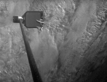 Contempla en este vídeo cómo el arpón de un satélite sirve para capturar basura espacial