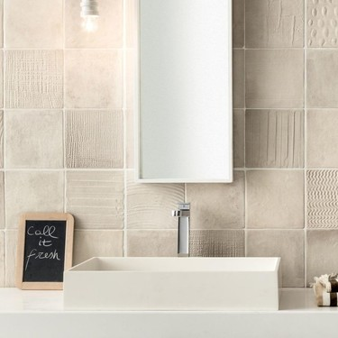 Más allá de suelos y paredes: diecisiete ideas para combinar revestimientos en cocinas y baños