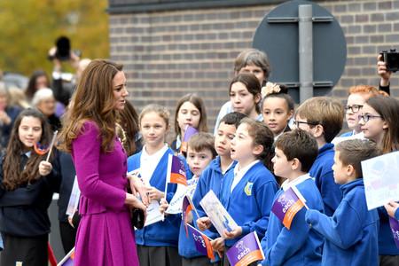 Kate Middleton apuesta por el fucsia en los días más grises y acierta de pleno