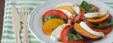 Ensalada Caprese con melocotón, receta rápida y fácil para un día de calor