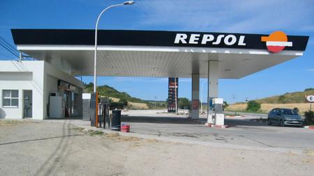 """La CNE señala a Repsol como el principal responsable del """"efecto lunes"""" de los precios del combustible"""