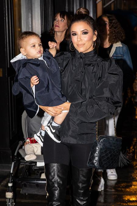 La tafeta está muy de moda y sino que se lo digan a Eva Longoria que ha paseado por las calles de París esta increíble blusa