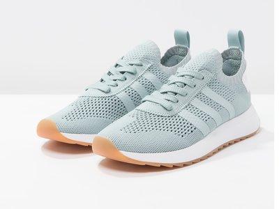 Zalando rebaja a 47,95 euros las  zapatillas deportivas Flashback Primeknit de Adidas en gris. Envío gratis