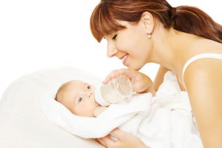 Cuánta leche artificial tiene que tomar el bebé