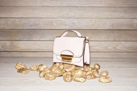 Dulces y románticos, así son los bolsos en colores pastel