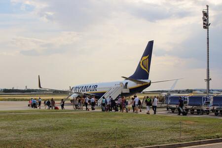 Más impuestos, menos vuelos cortos, billetes más caros: Europa escala su batalla contra el avión