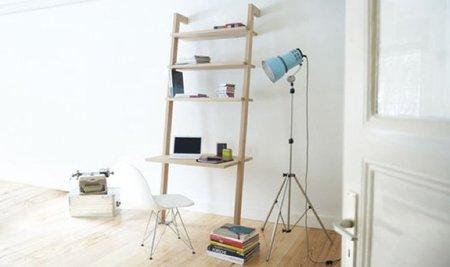 Una estantería con escritorio incorporado