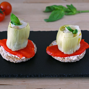 Pinchos o tostas de alcachofa, pimiento y bacalao ahumado: receta fácil y rápida de aperitivo