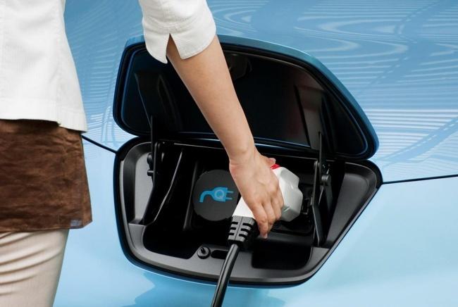 Compartimento de recarga de un Nissan LEAF