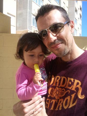 La foto de tu bebé: Carla con papá y su primer helado