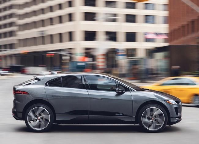Los peatones miran al cielo y no a la calle cuando escuchan el sonido artificial de un coche eléctrico