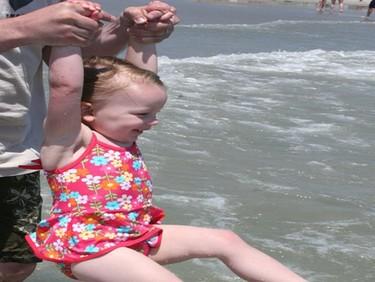 Tirar de los brazos de los niños puede causar lesiones