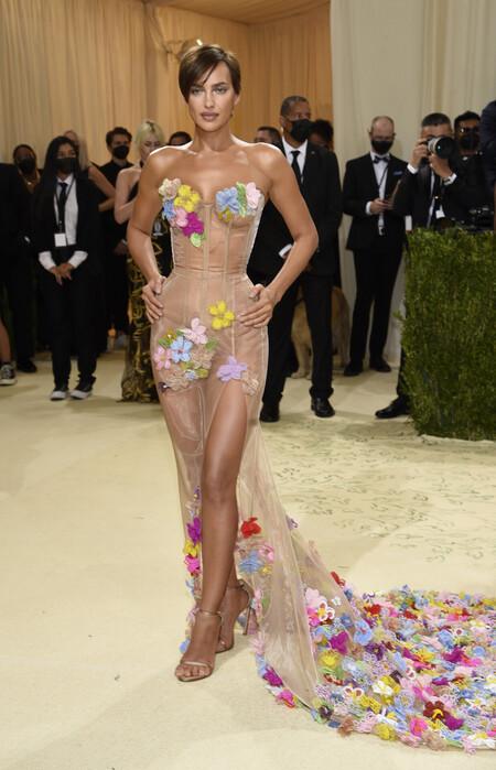 Irina Shayk luce el mejor cambio de look y se lanza con un pixie en la Gala MET 2021