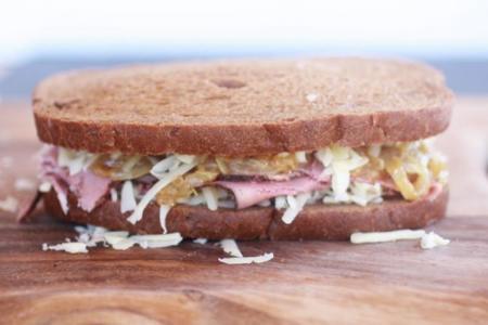 Receta de sándwich planchado de lacón con queso fundido y cebolla caramelizada