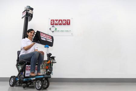 Los peatones con la mirada en el móvil son un problema, y este scooter autónomo quiere ser la solución