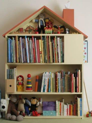 Una buena idea: fabricar una estantería con forma de casita para los peques