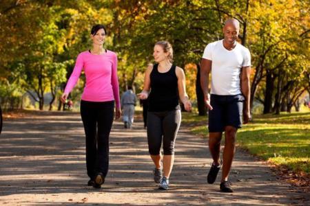 Caminar en grupo mejora la salud cardiovascular, física y mental