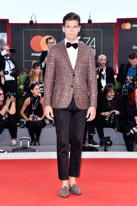 Alessandro Egger Hizo Perfecto Match En Su Look Durante El Festival De Cine De Venecia 3