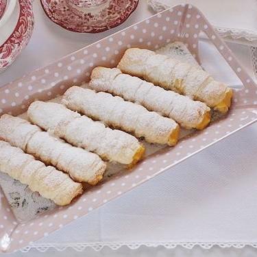 Cañas rellenas de crema pastelera, receta tradicional