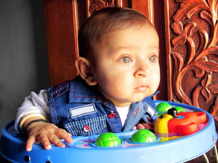 Bebé en un andador