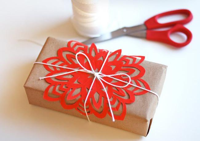 Cinco maneras de envolver regalos de una forma original - Envolver libros de forma original ...