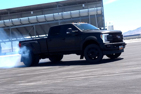 Ken Block Ford F 450 Haciendo Drifting 2