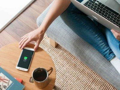 FurniQi es una mesa de aspecto clásico pero con la última tecnología de recarga inalámbrica bajo su superficie