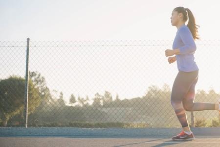 """Errores en la técnica de carrera: correr """"sentado"""". En qué consiste y cómo puedes evitarlo"""