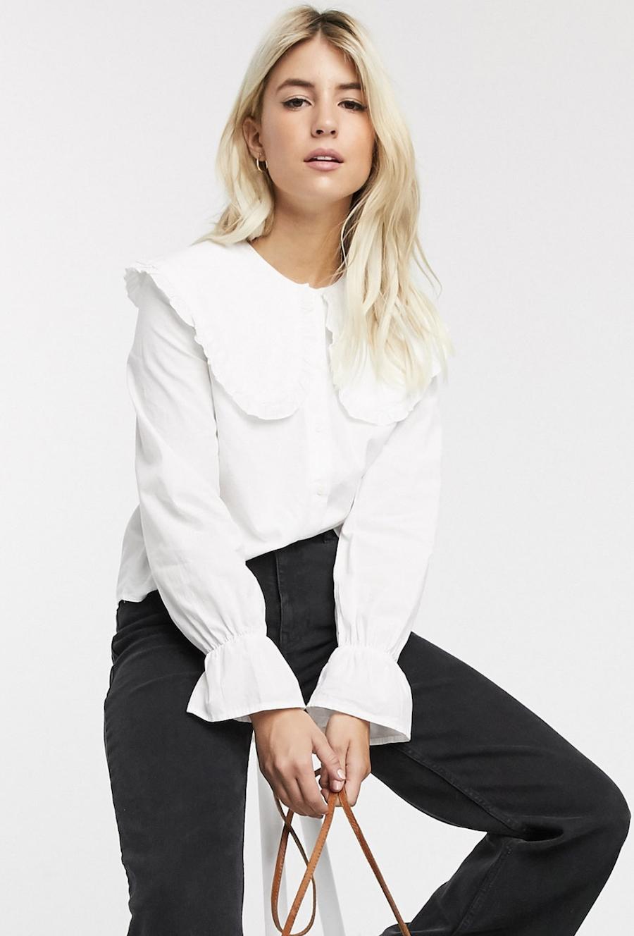 Camisa blanca con cuello extragrande y puños con volante de Pieces