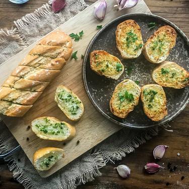 Las dos mejores y deliciosas formas de hacer el pan de ajo: a la italiana o a la americana (con vídeo incluido)