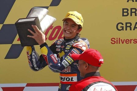 Marc Márquez en el podio de Silverstone 2010