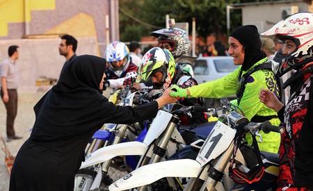 Iran Mujer Moto