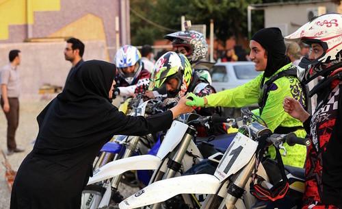 Conducir una moto: ese es el delito por el que dos mujeres han sido arrestadas en Irán