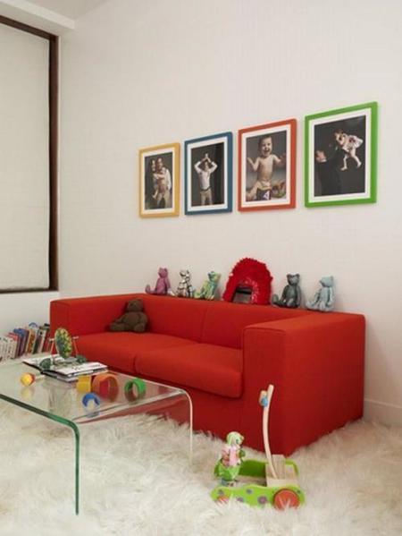 Una buena idea: marcos de colores para decorar una habitación