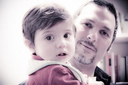 Los papás cuidan más de los niños debido a la crisis