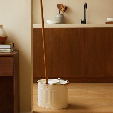 El artículo más loco de la nueva colección de Zara Home viene en forma de un set con cubo y fregona de aires retro