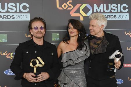 Penélope Cruz acude a los 40 Principales Music Awards con un minivestido de pedrería (y posando con U2)