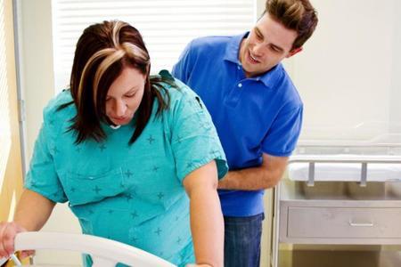 La presencia de algunos padres en el parto podría hacer que la mujer sintiera más dolor