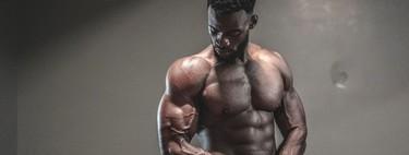 Una rutina para entrenar tus hombros en casa con muy poco material