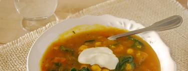Sopa cremosa de calabaza al curry con garbanzos y espinacas. Receta